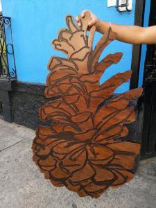 Piña decorativa en mdf pintado